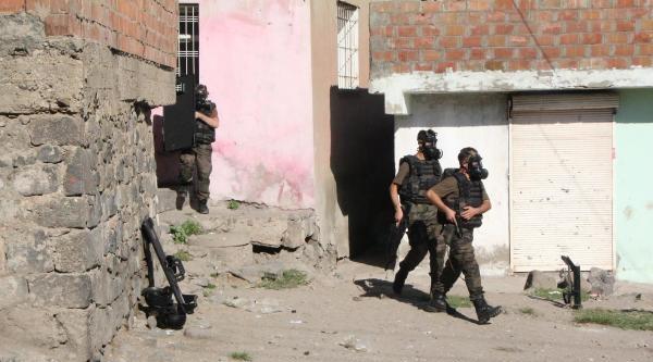 Cinayet Şüphelisi, Polisi Bıçakladı, Ev Sahibini Rehin Aldı, Operasyonla Yakalandı