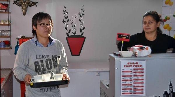 Çinli Yenge Garsonluk Yapiyor