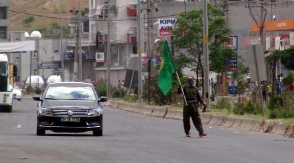 Cizre'de Yol Kesen Göstericilere Polis Müdahalesi