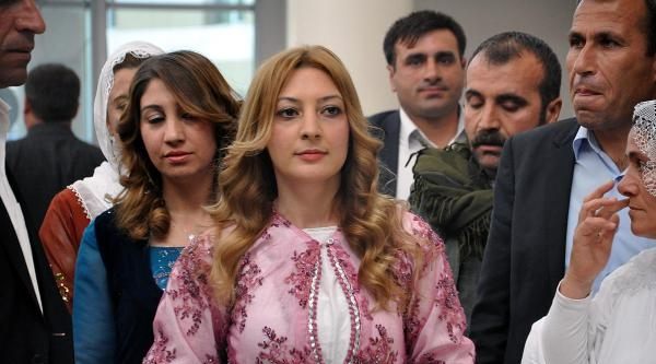 Cizre'nin İlk Kadın Belediye Başkanı Mazbatasını Aldı