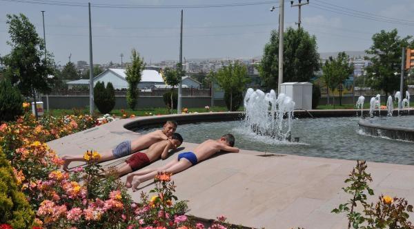 Çocuklar Süs Havuzu Sezonunu Açtı
