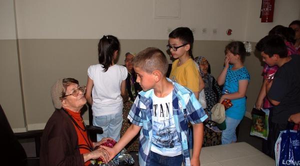 Çocuklar Yaşlıları Sevindirdi