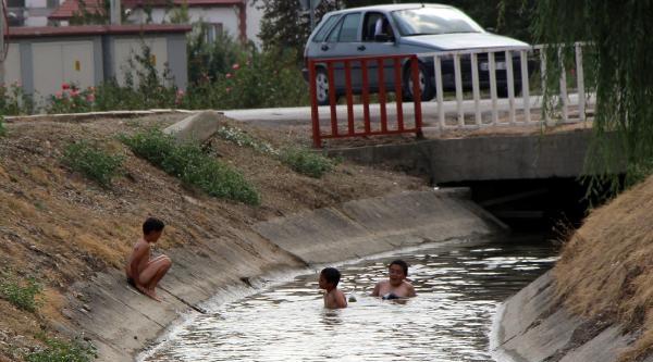 Çocuklarin Sulama Kanalındaki Serinliği