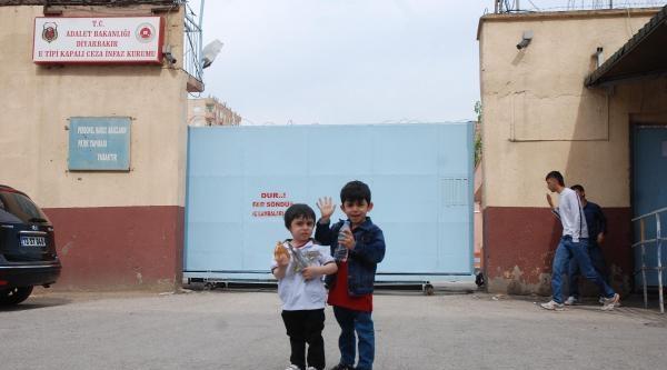 Çocuklarini Cezaevine Yanına Aldı, 8 Saat Sonra Tahliye Edildi