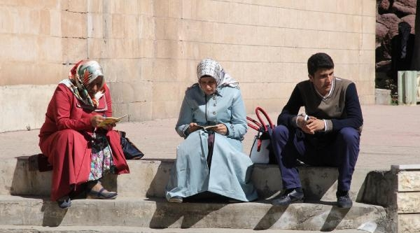 Çocuklarini Dua Ederek Beklediler