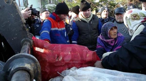 Çöp Evi 5'nci Kez Boşaltilan Ayşe Nine Çöplerini Vermemek Için Kepçenin Önüne Atladi
