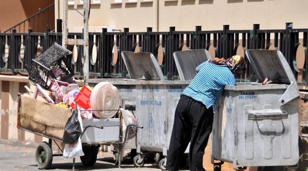 Çöpten Topladığı Plastik Ve Naylonu Satıp Ailesini Geçindiriyor