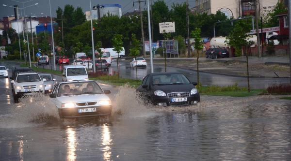 Çorlu'da 20 Dakikalık Yağış Hayatı Olumsuz Etkiledi