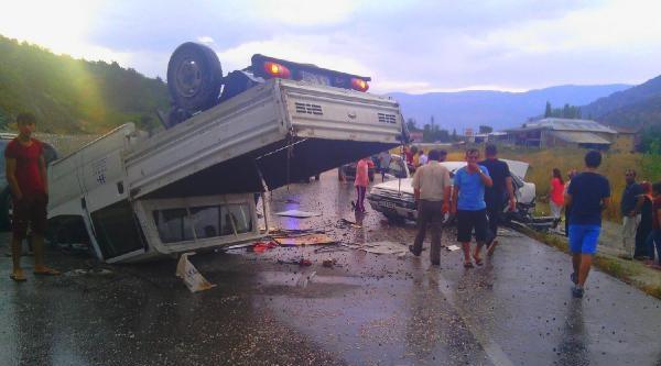 Çorum'da Kamyonet Otomobille Çarpişti: 8 Yaralı