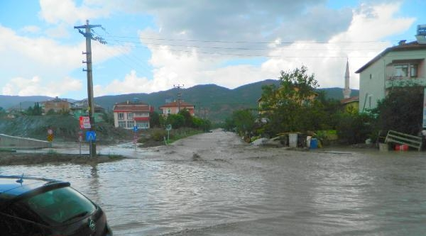Çorum'da Sağanak Yağmur Hayatı Olumsuz Etkiledi