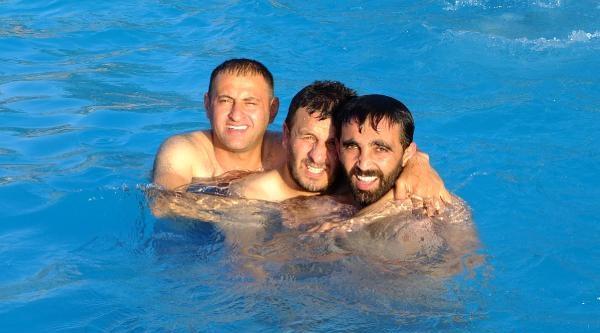 Çukurcalilar Yarı Olimpik Havuzda Serinliyor
