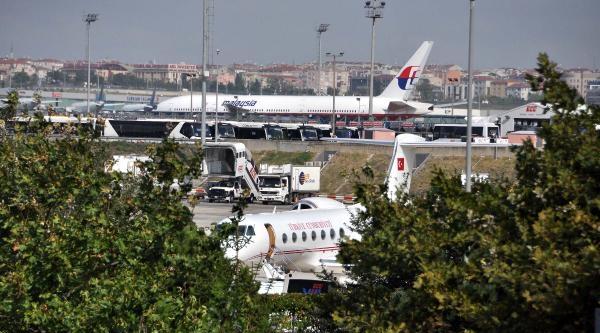 Cumhurbaşkanı Abdullah Gül, Havalimanı Muhabirleri İle Hatıra Fotoğrafı Çektirdi