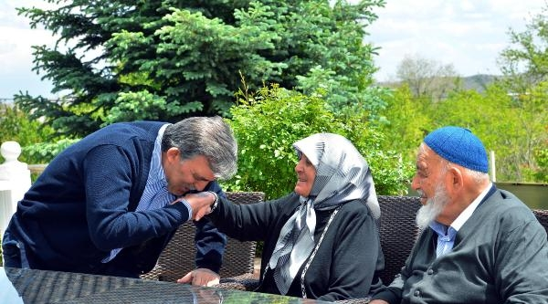 Cumhurbaşkanı Gül, Annesinin Elini Öptü: Duanı Esirgeme