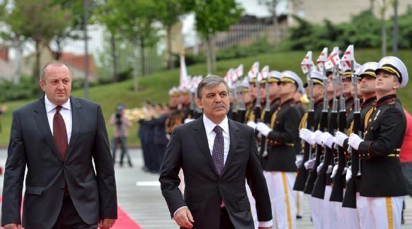 Cumhurbaşkanı Gül, Tiflis'teki Kahramanlar Anıtı'na Çelenk Koydu
