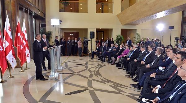 Cumhurbaşkanı Gül, Tiflis'teki Kahramanlar Anıtı'na Çelenk Koydu (2)