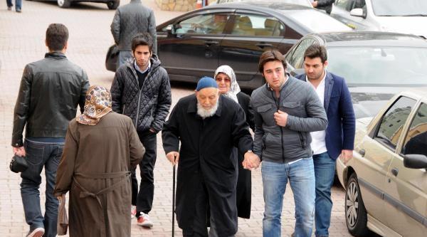 Cumhurbaşkanı Gül'ün Annesi Ve Babası 3'üncü Kata Çikamayinca Oylarını Zemin Katta Kullandı
