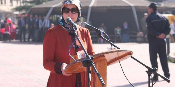 Cumhuriyet Bayrami Töreninde Sunuculuğu Başörtülü Öğretmen Yapti