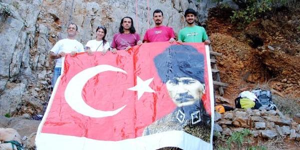 Cumhuriyet Bayrami'nda Olimpos'ta Türk Bayraği Açildi