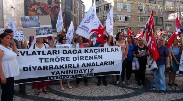 Cumhuriyet Kadınları Derneği'nden Bayrak Eylemi