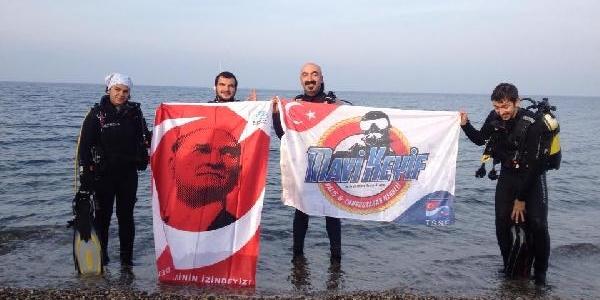 Cumhuriyeti Marmara'Nin Derinliklerinde Bayrak Açarak Kutladilar