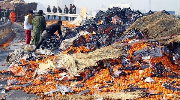 Çuvali Kapan Kaza Yapan Kamyondan Saçilan Portakali Toplamaya Koştu