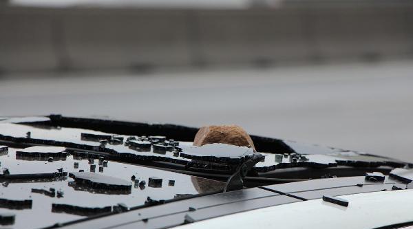 D-100'de Üstgeçitten Atılan Taş Otomobilin Sunroof Camını Kırdı