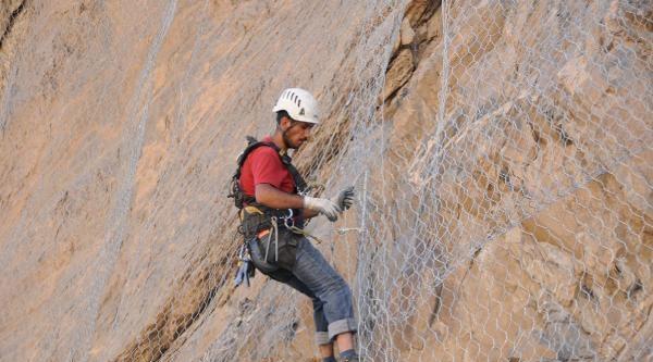 Dağlara Tırmanıp Tel Örgü Monte Ediyorlar