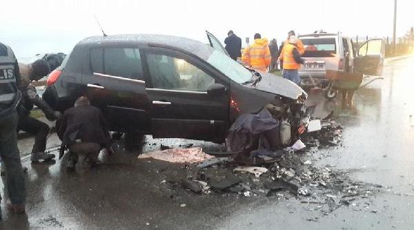 Dalgalardan Kaçan Otomobil Karşi Şerite Geçti: 2 Ölü, 3 Yarali