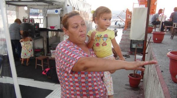 Dalgaların Denize Sürüklediği Minik Kızı Kurtardı