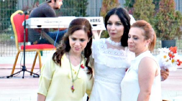 Damatsız Düğün Yapan Kadın Öğretmen Ortadan Kayboldu