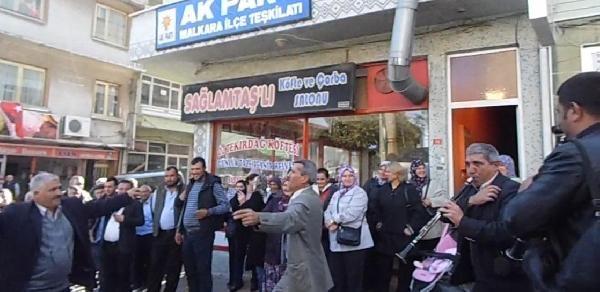 Davul-Zurna Çaldirip, Göbek Atarak Aday Adayliğini Açikladi