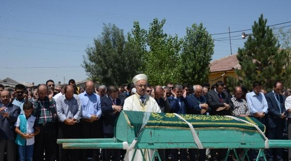 Davutoğlu, Danışmanının Annesinin Cenaze Törenine Katıldı