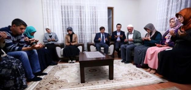 Davutoğlu'ndan Şehidin evine taziye ziyareti