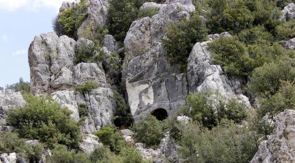 Defineciler, 12 Bin Yıllık Kaya Mezarı Dinamitle Patlattı