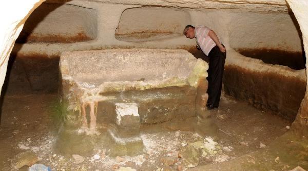 Defineciler 2bin 500 Yıllık Mezarları Tahrip Etti