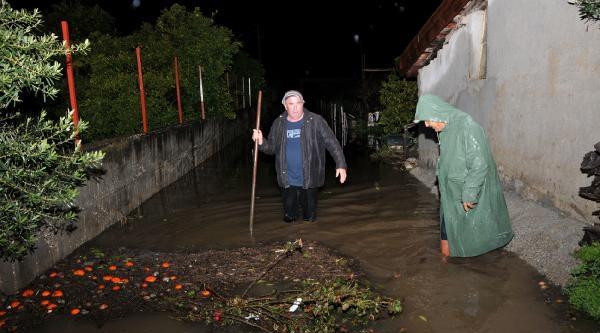 Demre'de Evler Ve Seralar Sel Sularının Altında Kaldı