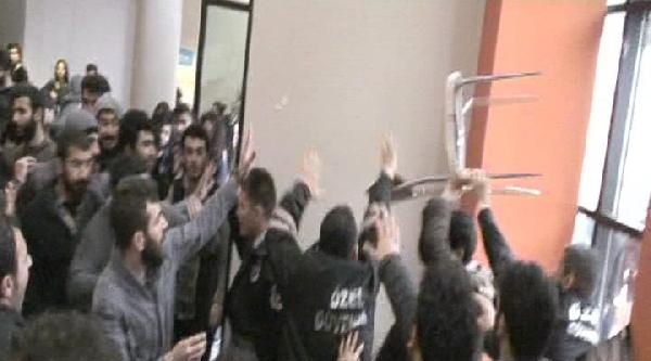 Deniz Gezmiş'i Anma Toplantısında Üniversiteliler Birbirine Girdi