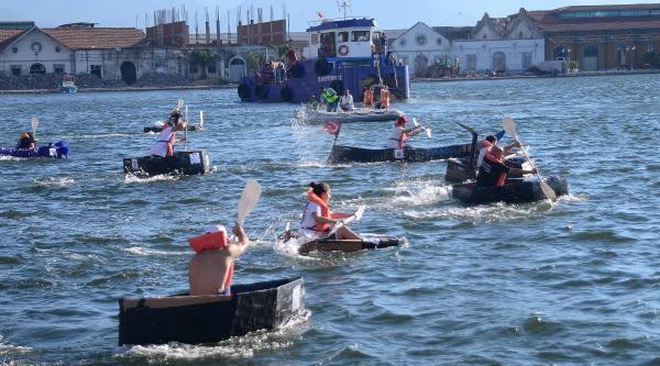 Denizde Kartondan Tekne Yarışması
