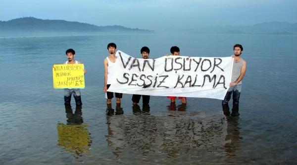 Denize Girip 'van Üşüyor, Yardim Et' Pankarti Açtilar