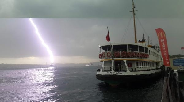 Denizin Ortasında Korkutan Yıldırım Böyle Görüntülendi