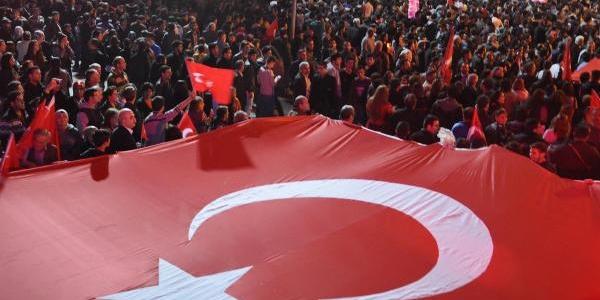 Denizli'de 30 Bin Kişi Cumhuriyet Yürüyüşüne Katildi