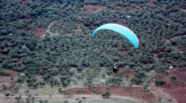 Derik'te, 'uçan Mecito' Anısına Yamaç Paraşütü Gösterisi
