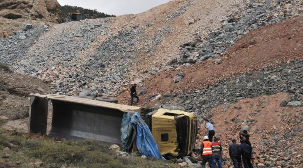 Devrilen Hafriyat Kamyonunun Şoförü Yaralandı