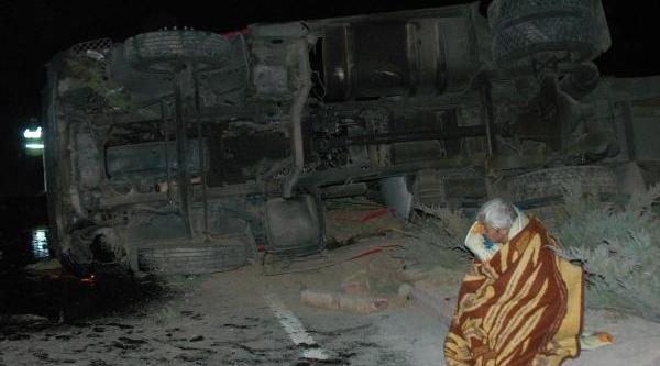 Devrilen Tankerin Yaralanan Sürücüsü Aracin Başindan Ayrilmadi