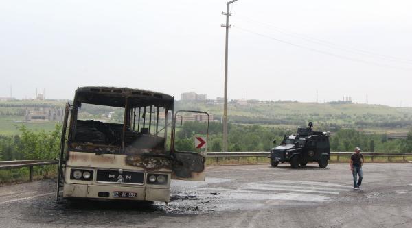 Dicle Üniversitesi'nin Servis Otobüsünü Molotofla Yaktılar