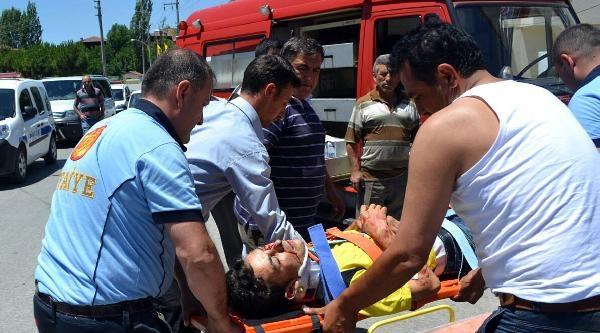 Direğe Çarpan Otomobilin Sürücüsü Yaralandı