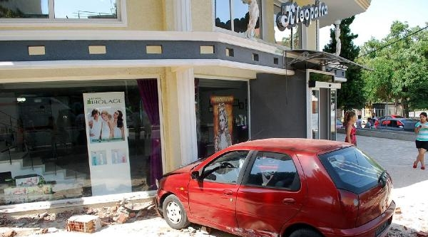 Direksiyonu Kilitlenen Otomobil, Güzellik Merkezinin Duvarına Çarpti: 2 Yaralı