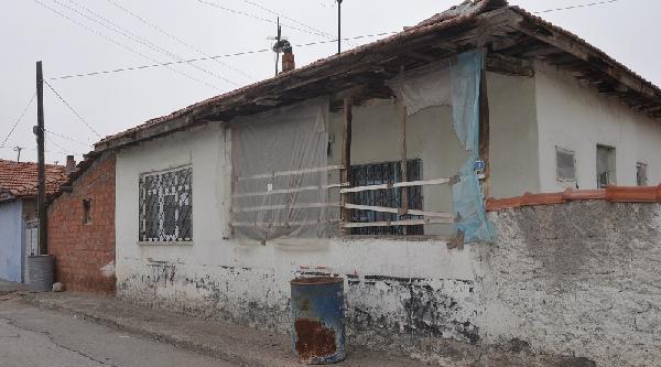 Diyaliz Hastasi Kadin, Evinde Biçaklanarak Öldürüldü