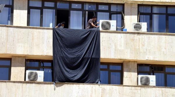 Diyarbakır Belediyesi İsrail Ve İşid'i Protesto İçin Siyah Bayrak Astı