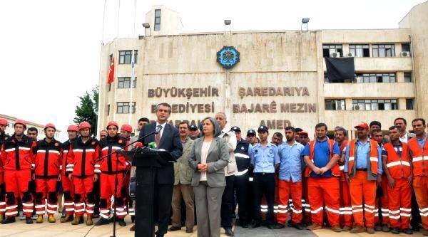 Diyarbakır Belediyesi'ne Soma İçin Siyah Bez Asıldı
